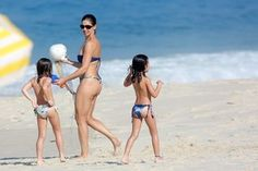 Bianca Rinaldi na praia (Foto: Dilson Silva / AgNews)