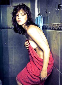 http://revistaquem.globo.com/QUEM-News/noticia/2014/10/bia-arantes-faz-ensaio-de-topless-para-livro.html