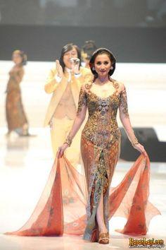 by Anne avantie Indonesian Kebaya, Indonesian Women, Gala Dresses, Bridal Dresses, Evening Dresses, Wedding Gowns, Batik Dress, Blouse Dress, Modern Kebaya