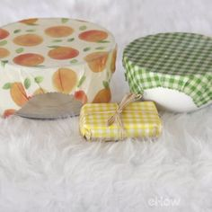 How to Make Reusable Beeswax Food Wraps - Manualidades y Bricolaje Ropa Diy Beeswax Wrap, Bees Wax Wraps, Bees Wax Wrap Diy, Bees Wrap, Sewing Projects For Beginners, Diy Projects, Sustainable Living, Sustainable Food, Sustainable Architecture