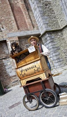Organ player in Bruges. The organ was invented by Belgium in the 1700s, by the same inventor of roller skates, wheelchair and casserole: Jean-Joseph Merlin! #belgian
