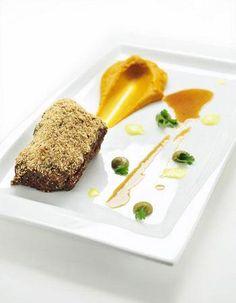 Gekorste lamsnek, puree van jonge wortelen, ras-el-hanout en een chutney (Ingrid Neven)