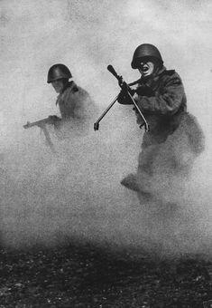 Известнейшая фотография Марка Маркова—Гринберга, сделаная в 1943 году и ставшая символом мужества и героизма советских солдат.