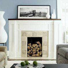 CHIMENEA: adorno:cuadro y jarrones blancos