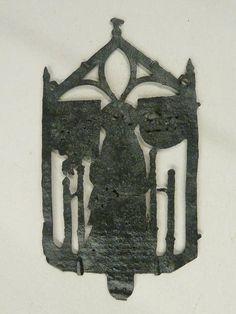 Pelgrimsinsigne met Onze Lieve Vrouw Aarschot, met twee wapenschilden - Tronende Maria in opengewerkte vijfhoek met schilden (o.a. van fam. Croy?). Herkomst: Aarschot (1490 - 1524). Lood-tinlegering. H.: 7.9 cm.; B.: 4.4 cm. Vindplaats onvermeld.Een Mariabedevaart. Waarom hier? Een miraculeus Mariabeeld, een legende, een wonder? Vragen. Aarschot wordt vermeld als strafbedevaart voor de matige zondaar in de Zuidelijke Nederlanden. Al in 1194 heeft deze plaats in Brabant stadsrechten, in de…