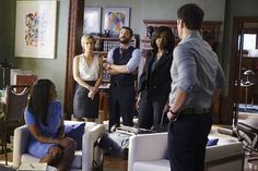 HTGAWM: Annalise tenta proteger seus alunos - http://popseries.com.br/2016/03/03/how-to-get-away-with-murder-temproada-2-something-bad-happened/
