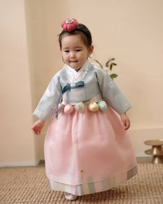 Cuteness overload. Korean Hanbok, Korean Dress, Korean Outfits, Korean Traditional Dress, Traditional Fashion, Traditional Dresses, Korea Fashion, Kids Fashion, Stylish Outfits