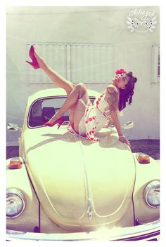 Volkswagen Beetle Pin-up Girl. Pin Up Vintage, Vw Vintage, Retro Pin Up, Mode Vintage, Vintage Woman, Vintage Style, Rockabilly Moda, Rockabilly Pin Up, Rockabilly Fashion