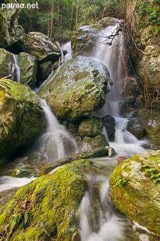 Ruisseau cascadant à travers les rochers à Saparelle en Haute Corse