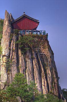 Gwanak mountain, South Korea 한창 더운 여름날... 주말을 이용하여 관악산을 올랐습니다. 예전에는 서울대입구에서 올라가는 관악산 코스였는데 이번에는 사당역-거북바위-관악문-연주대-연주암-과천을 거치는 코스였습니다. 오전이라 좀 나을 줄 알고 올랐더니 역시 보통날씨가 아니였습니다. 연주대(蓮珠臺)는 관악산 연주암 북쪽 꼭대기 절벽에 위치한 절이다. 신라 문무왕 17년(667년)에 의상대사가 좌선공부를 하였다고 전해지고 있으며, 조선 태조 원..