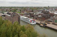 De Henry Dunant, het vakantieschip van het Rode Kruis, ligt afgemeerd in de buitenhaven aan de Oosthavenkade. Foto genomen vanaf de 13e verdieping van seniorenflat de Bolder.
