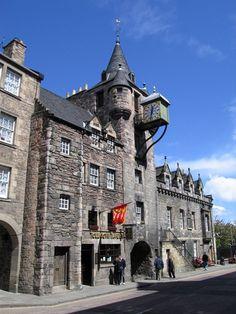 Ortaçağ kimliğini en canlı şekilde yaşatan yerlerden biri olan İskoçya ve en büyük kenti Edinburg. Hala ayakta olan şatoları ile fazlası ile kendine özgü. Her an bir şövalye ile karşılacakmış gibi bir his kaplıyor insanın içini. Edinburg gidip görülmesi gereken büyülü ve gizemli bir kent.