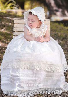 Elegante vestido para bautizo, elaborado con una combinación de algodón y lino que la hace una tela fresca ideal para zonas calurosas. #Ropón #Bautizo #Niña