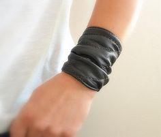 Black Leather Cuff Bracelet Wrap Women door BarbaLeatherStudio