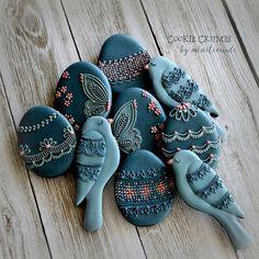 勢いで作っちゃった、なんだかよくわかんないセットです… Birds and eggs. I'm not sure about these colours... #cookiecrumbs #mintlemonade #mintlemonadescookies #icingcookies #icedcookies #icedbiscuits #decoratedcookies #decoratedbiscuits #cookies #biscuits #クッキークラムズ #アイシングクッキー