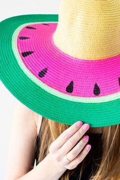 I would wear this DIY Watermelon Floppy Hat every day!- Made by Studio DIY Watermelon Crafts, Fruit Crafts, Moda Afro, Diy Hanging Shelves, Diy Vetement, Diy Mode, Do It Yourself Fashion, Diy Hat, Mason Jar Crafts