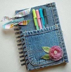 Esos jeans favoritos pueden convertirse en hermosos forros para cuadernos y libros.   No tires tus jeans viejos, sobre todo si le tienes car...