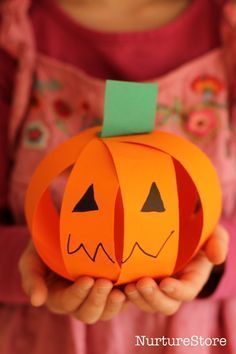 A cute and easy pumpkin craft that is great for scissor skills - a simple halloween craft for kids. #halloweencraftforkids #halloweencrafts