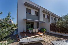 Dieses sehr gepflegte und neuwertige Reihenhaus in Can Picafort im Norden Mallorcas wurde von den bisherigen Eignern ganzjährig genutzt. Die Ausstattung des 2-stöckigen Hauses, welches im Jahr 2008 erbaut wurde, ist sehr hochwertig. So sind alle Räume mit Elektroheizkörpern ausgestattet. Die Aluminiumfenster- und Türen sind doppelverglast, alle Schlafzimmer sind mit hochwertigen Einbauschränken versehen. Das Mobiliar ist sehr modern und im Kaufpreis enthalten. Im Erdgeschoss ...