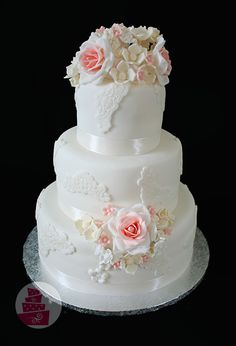 Svadobná torta s krajkou, kvietkami a ružovým akcentom (wedding cake with pinky roses)
