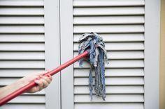 Come pulire le tapparelle e le persiane con il mocio | Leggi i consigli delle esperte di economia domestica Titty e Flavia, su come pulire le persiane e le tapparelle con il mocio