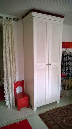 Valkoinen täyspuinen vaatekaappi, wooden wardrobe painted white
