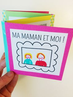 Voici un adorable bricolage pour la fête des mères : un petit livre ou carnet qui se plie en accordéon, que les enfants pourront réaliser facilement. Un cadeau vraiment personnel puisque les enfants y détailleront tout ce qu'ils aiment à propos de leur maman ! Nous vous proposons 8 petits cadres et 8 petits textes à imprimer que les enfants pourront mixer comme ils le souhaitent. Pour exemple, voici celui que ma fille de 6 ans 1/2 a réalisé ! Sur une idée de Hello Wonderful !
