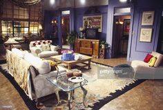 This is why Monica's apartment was painted purple in Friends Upper West Side, Monica And Rachel, Monicas Apartment, Murs Violets, Friends Apartment, Decor Around Tv, Monochromatic Room, Home Design Magazines, Home Decor Trends