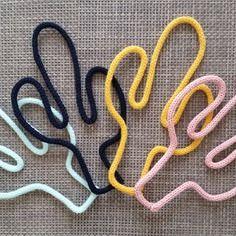 Cactus en laine et fil de fer réalisé au tricotin