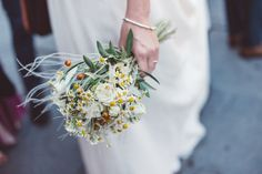 bouquet rustico con camomilla, bacche e foliage