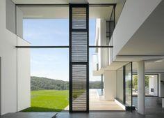 House am Oberen Berg di Alexander Brenner Architekten è una sovrapposizione di volumi bianchi combinati tra loro a formare una forma scultorea con echi minimalisti. Ognuno di loro è riconoscibile come una struttura a sé stante se visto da vicino; da lontano questi volumi si fondono a formare un tutt'uno.