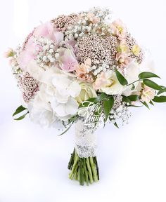 Nude. Buchet de mireasa din hortensie, floare de orez, trandafiri albi, mattiola crem, gypsophila, ruscus. Wedding bouquet made of hydrangea, rice flower, white roses, mattiola, gypsophila, ruscus.
