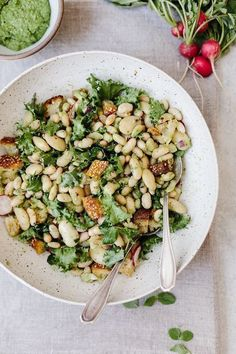 Warm White Bean Arugula Salad A gluten-free warm white bean salad recipe flavored with arugula and almond pesto. - Warm White Bean Arugula Salad: A Salad recipe made with mixing warm cannelini beans with arugula pesto. Healthy Salads, Healthy Eating, Healthy Food, Whole Food Recipes, Cooking Recipes, Family Recipes, Cooking Ribs, Dinner Recipes, Vegetarian Recipes