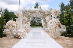 Свадебный декор для семьи Агаларовых: классическая пышная церемония, 6-метровая арка и каскады бахромы с потолка. #weddingdecor #wedding #