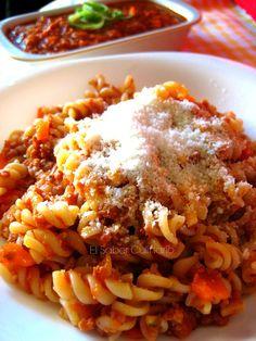 Pasta rizada con salsa boloñesa especial con licuado de pimiento rojo
