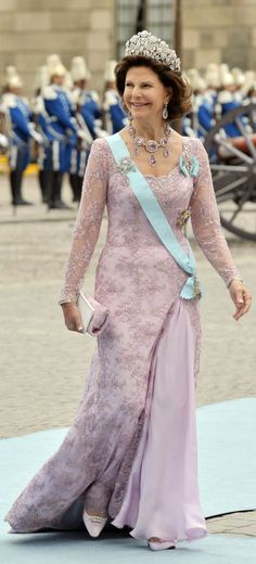 T he Queen is wearing a pink tulle dress with pearl and gemstone embroidery. T he Queen will be wearing the Brazilian Tiara at The Crown . Princess Victoria Of Sweden, Crown Princess Victoria, Princess Dress Up, Prince And Princess, Gala Dresses, Evening Dresses, Princesa Victoria, Queen Of Sweden, Sweden Fashion