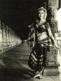 bharatanatyam | Deinayurveda.net  i would LOVE LOVE LOVE to do a vintage inspired shoot at a classic temple with my cousin.