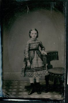 This site exists to discredit the idea of the Victorian standing post mortem photo. Post mortem photos do exist, but none of them are stand alone. Photo Post Mortem, Post Mortem Pictures, Victorian Photos, Victorian Era, Vintage Photographs, Vintage Photos, Post Mortem Photography, Portrait Photography, Freckles Girl