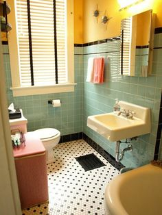 salle de bian clorée, carrelage bleu - ciel, carrelage jaune, bleu-ciel, miroir dans la salle de bain