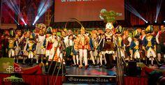 """Die Große Kölner hatte die Redaktion persönlich zur Teilnahme eingeladen und die """"weibliche Redaktionsvertretung"""" hatte irre viel Spaß dieses karnevalistische Programm der Kölner Superlative im Gürzenich erleben zu dürfen.Die restlos ausverkaufte Sitzung begann pünktlich um 13.00 Uhr Der 11 Rat besteht traditionsgemäß an diesem Tag aus 5 """"staatse"""" Herren und 6 Damen. Die Damen teilen sich auf in 3 Amzonen des Reitercorps der Große Kölner und 3 Damen der stolzen Domstädter Köln.Weitere Bilder…"""
