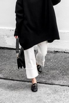 White Jeans -street style – La Selectiva How to wear white jeans, white denim with black accessories – La Selectiva Minimal Chic, Minimal Fashion, White Fashion, Look Fashion, Fashion Outfits, Street Hijab Fashion, Modest Fashion, Fashion Clothes, Womens Fashion