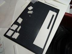 Achterkant uitgesneden in kadapak. De kleine stukjes zijn om aan de andere kant te zetten van de balken in het plafond. Hier tussen komt plexiglas. Zo heb je de illusie dat je elk raampje er tussen hebt gemonteerd maar eigenlijk is het een groot stuk.