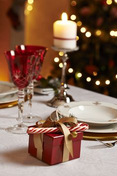Damask  #bernardo #porcelain #bonechina #chic #gift #christmas #porselen #dinnerware #yemektakimi #glassware #bardaktakimi #tabledesign