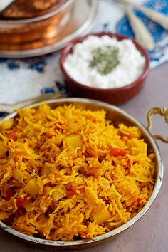 Persian One Pot Tomato Rice - Dami Gojeh Farangi is an easy vegetarian dish full of amazing flavors. Tomato rice is made with very few ingredients and can be prepared in no time! Best Lunch Recipes, Easy Rice Recipes, Side Dish Recipes, Easy Healthy Recipes, Veggie Recipes, Veggie Meals, Veggie Dishes, Amazing Recipes, Delicious Recipes