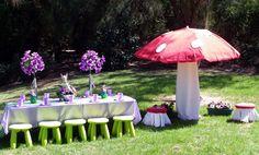 Mesa em lilás e guarda-sol em formato de cogumelo para uma festa fada!