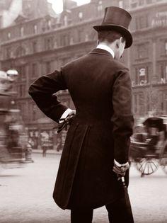 ở năm 1906, áo quần của những người đàn ông đc đánh bóng từ mũ đến áo khoác hay cà vạt hay giày. người đàn ông này tươm tất trong bộ vest cổ điển