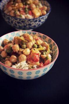 Curry de légumes aux pois chiches et lait de coco // www.theflyingflour.com Vegetarian Cooking, Vegetarian Recipes, Veggie Recipes, Dog Food Recipes, Love Food, A Food, Wok, Potato Salad, Meals