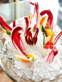 にんじんやきゅうりも細長くカットするとオブジェのように! 赤紫と白のコントラストが華やかなイタリア野菜。ラデッキオ・タルティーボなど珍しい野菜を添えれば話題性あり|『ELLE a table』はおしゃれで簡単なレシピが満載!