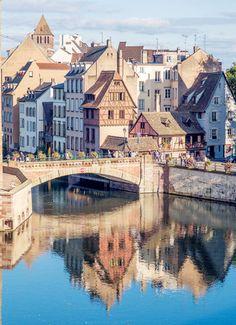 Strasbourg,Alsace,France(by Bill Hertha)。斯特拉斯堡,也译作史特拉斯堡,位于法国国土的东端,与德国隔莱茵河相望,是法国阿尔萨斯大区和下莱茵省的首府。在历史上,德国和法国曾多次交替拥有对斯特拉斯堡的主权,因而该市在语言和文化上兼有法国和德国的特点,是这两种不同文化的交汇之地。谷登堡、加尔文、歌德、莫扎特、巴斯德等德法两国名人都曾在斯特拉斯堡居留。