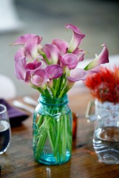 Love the teal mason jar with calla Lillie's...maybe white flowers
